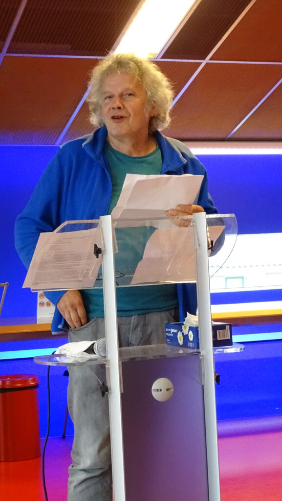 Thijs Hanrath, tijdens een optreden in Huizen 25-09-2021, waar hij o.a. het gedicht Labyrint lopend voordroeg.